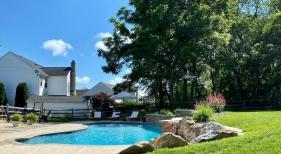 freeform-pool-with-raised-wall